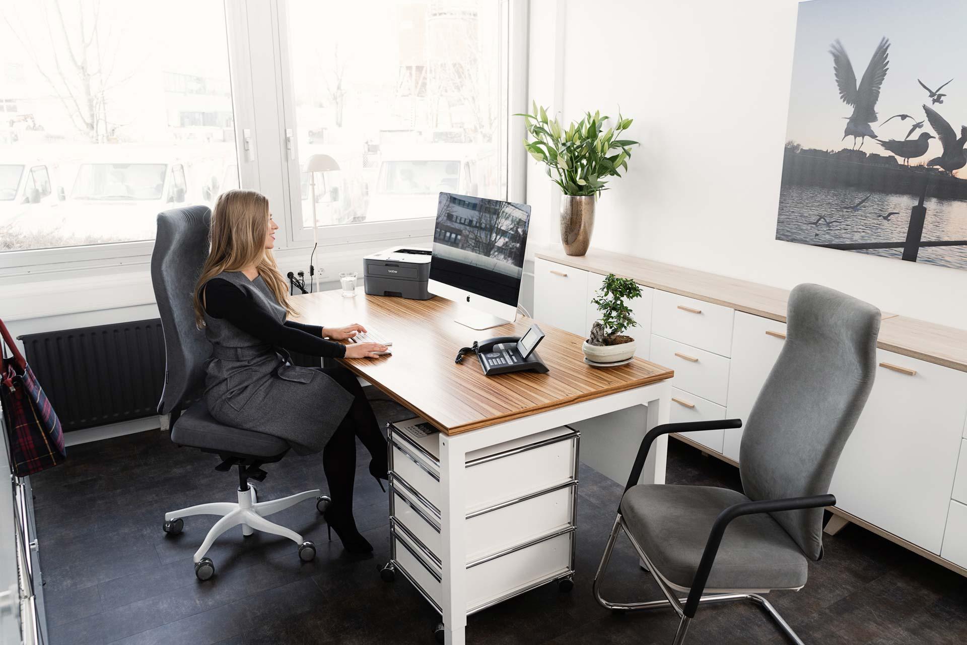 Jetzt unverbindlich Probesitzen – Testen Sie kostenfrei unseren Ergonomie-Bürostuhl! Überzeugen Sie sich direkt an Ihrem Arbeitsplatz von der Qualität und machen Sie den Alltagstest.